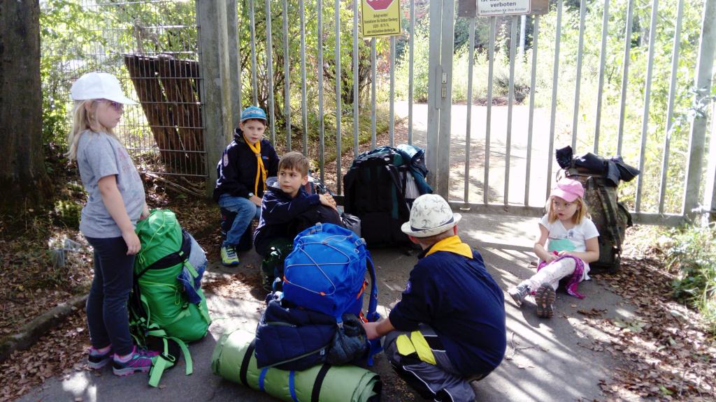Warten vor den Toren zum Lagerplatz